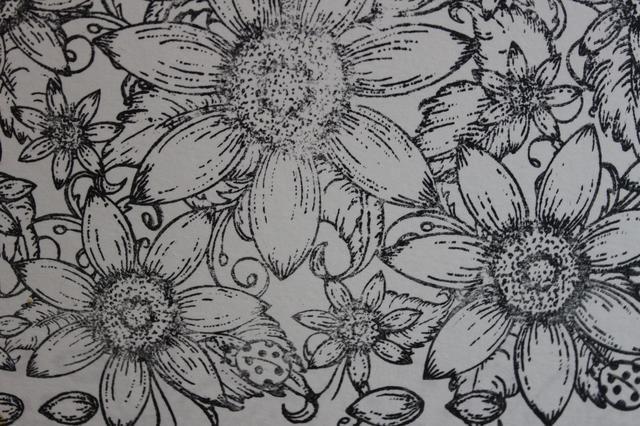 Empecé estampando la imagen de la flor con tinta negro StazOn sobre papel de acuarela
