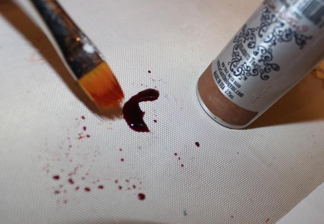 He utilizado coloraciones en una variedad de colores para pintar la imagen de girasol estampada. Simplemente sumerja el cepillo en un charco de la coloración.