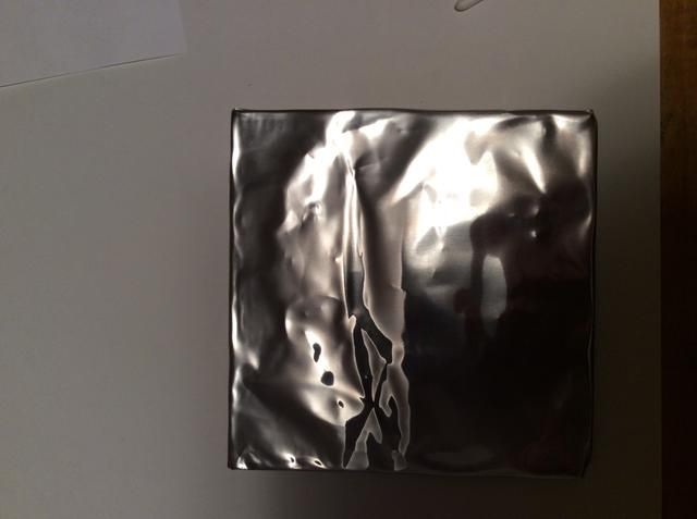 Coloque papel de aluminio sobre el dibujo pegamento. Dobla los bordes sobre el tablero. Tenga cuidado de los bordes son afilados