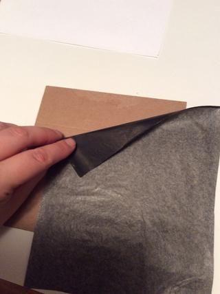 Coloca lado oscuro papel de transferencia de grafito abajo en su aglomerado. Fije con cinta si usted quiere asegurarse de que doesn't move