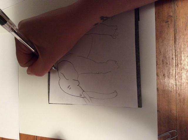 Aplicar un poco de presión extra, trazar sobre su dibujo
