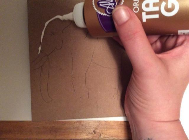 Trazar sobre el dibujo usando pegamento pegajoso. Mantenga la cola levantada. No aplane.