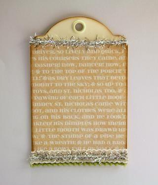 Agregar adornos de oropel al principio de la etiqueta y al centro de encaje.