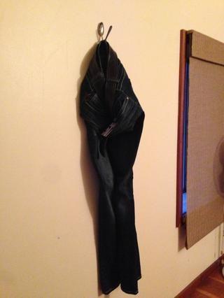 Gancho de cuchara montada directamente en la pared. Sí, es un cinturón de hebilla de placa Upcycled sobre una cinta tubo interior Upcycled.
