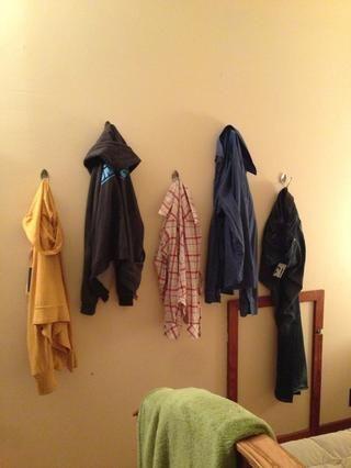No más ropa esparcidos sobre la cama!