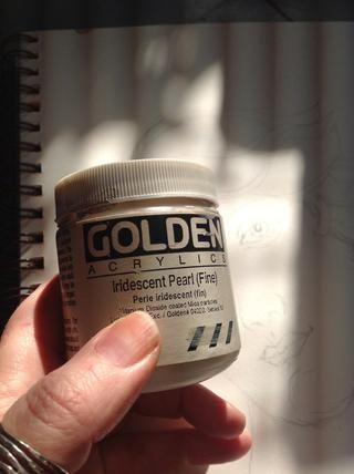 Luego utiliza Medio acrílico iridiscente perla con un cepillo pequeño. En cierta luz, este medio le dará un resplandor y brillo a las partes de la pintura.