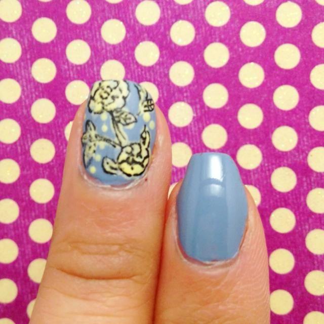 Pintar las uñas de color azul pálido