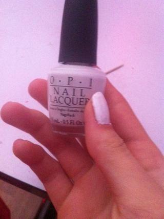 Pinte todas las uñas blanco