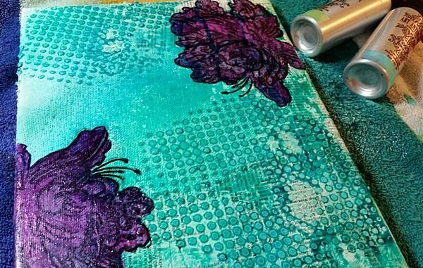 Siguiente añadí mis coloraciones aerosol, mis flores estaban a salvo debido a la capa resit creado usando el sorbete.