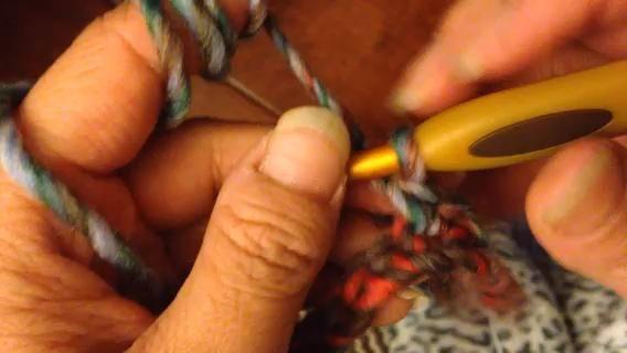 Ganchillo individual en tercera cadena de gancho. Patrón: * Cadena 1, salte la próxima cadena, punto bajo en la próxima cadena * repetir este patrón hasta el final de la fila.