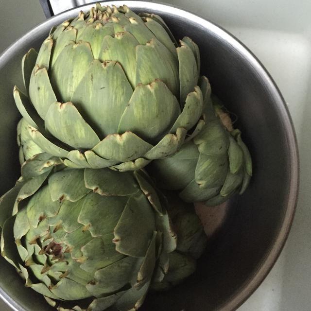 À la cazuela: dans un volumen de gran d'eau froide salée, placez les artichauts tête retournée (pas comme sur la photo) et couvrir. Portez à ébullition, réduire le feu, et laissez cuire 25 min.