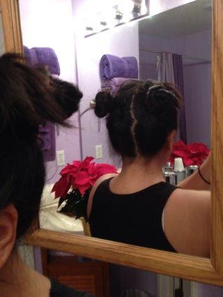Ahora pon tu cabello en un moño como en la imagen