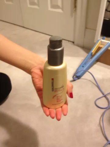 Lleve a su protector de calor, y dispensar una cantidad del tamaño de moneda de diez centavos en su alcance. Frote el producto entre las manos y distribuir el producto uniformemente a las puntas de tu cabello.