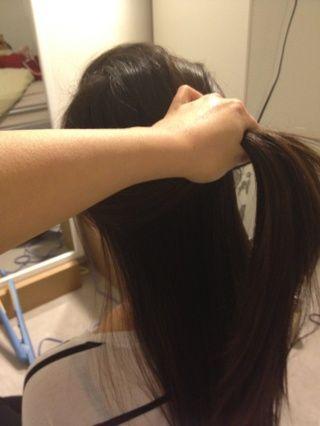 Peine por el cabello limpio para asegurarse de que no hay nudos. Sección cabello en la parte superior de dos partes- e inferior. FYI: esta guía es para cabello largo recto y va a trabajar para el pelo largo medio también.
