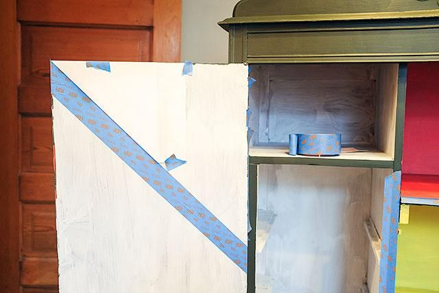 Prepare la superficie que'll be painting, and let dry. Next, tape off your stripes!