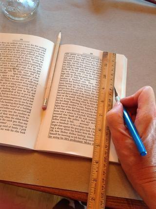 Utilice un cuchillo X-acto para cortar tres o cuatro páginas en un momento. Una regla ayudará a guiar una línea recta.