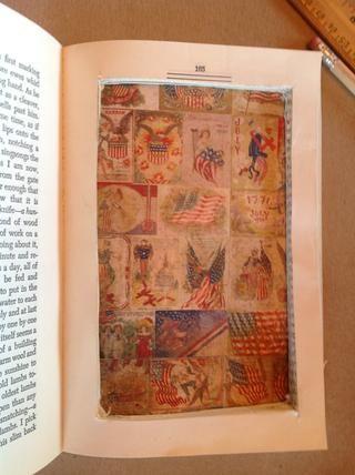 Dependiendo de la temática del libro, seleccione los documentos, pintura, adornos, etc., para añadir a su caja de sombra.