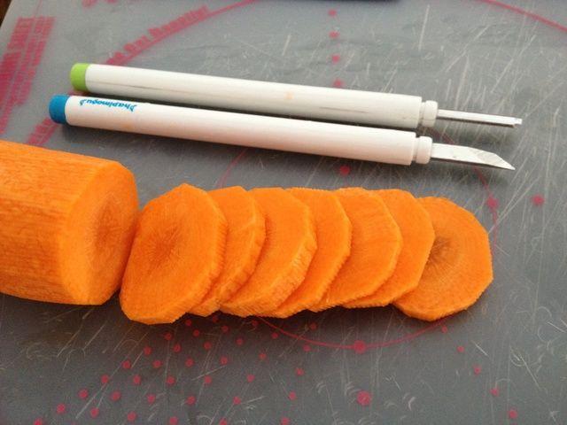Cortar las zanahorias a espesor deseado.