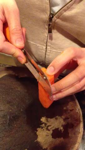 A cada lado de la zanahoria, pelar abajo de su longitud hasta que se llega a un punto. Te hice un vídeo rápido sólo para lo que mostrar'm talking about.