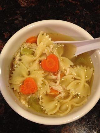Ahora, use sus zanahorias en cualquier plato que te guste y disfrutes! Aquí, he utilizado mis zanahorias en forma de corazón en mi casera de pollo sopa de fideos!