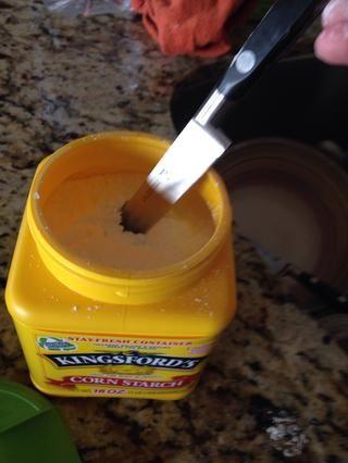 Pegue su cuchillo en el almidón de maíz o frotar un poco sobre la cuchilla.