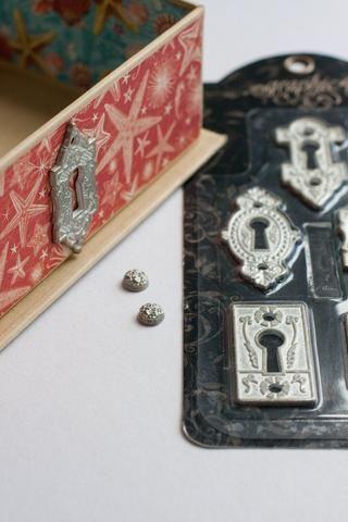 Añadir más metal: Embelishments Gráfico agujero y clavitos clave 45 metal adornado.