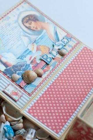 Añadir las conchas, el uso de pegamento para agregarlo en el papel.
