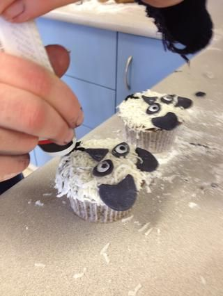 Aplicar los ojos saltones a la formación de hielo oval. A continuación, utilice la guinda escrito a recurrir a las otras bocas de los pandas.