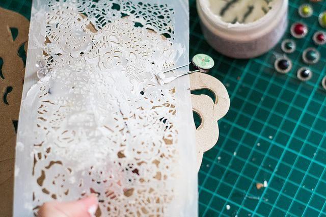 Con la ayuda de la modelización de pasta y de la plantilla añadir un poco de textura a su máscara