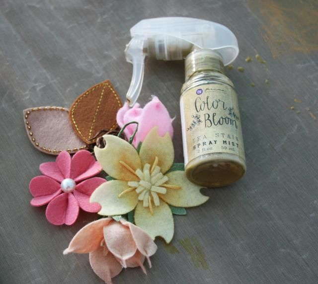 Añadir un efecto vintage a todos los adornos por pulverización con aerosol color Bloom - Té a las manchas. Seco.