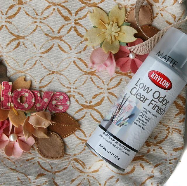 Selle las flores, las hojas, la palabra y la bolsa con dos capas de Krylon Borrar Finalizar. Esto le permite limpiar las manchas de la bolsa. No lavar bolsa o flores / se dañarán las hojas.