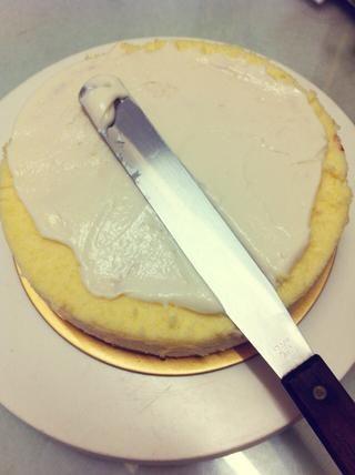 Ponga una capa delgada de glaseado de queso crema sobre el pastel de queso. Confía en mí,'ll make your cheesecake the yummiest!