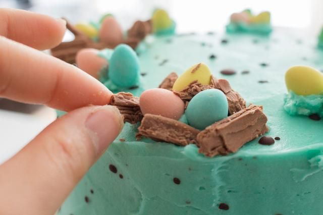 Coloca las piezas de chocolate Cadbury escamas alrededor de los huevos para crear un nido.