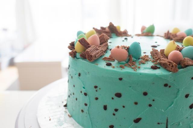 Desde el lado: http://annezca.blogspot.ca/2015/04/speckling-chocolate-easter-egg-cake.html
