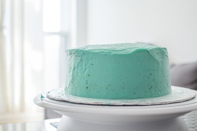 Ahora usted tiene un buen lienzo para decorar tu pastel de Pascua.