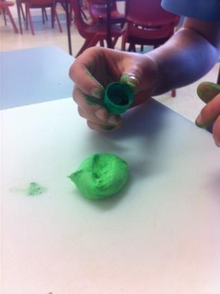 Agregar colorante alimenticio verde a la pasta de azúcar glaseado blanco