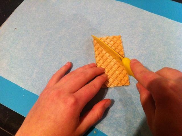 Paso 16. Con una galleta de la oblea, cortar un triángulo.