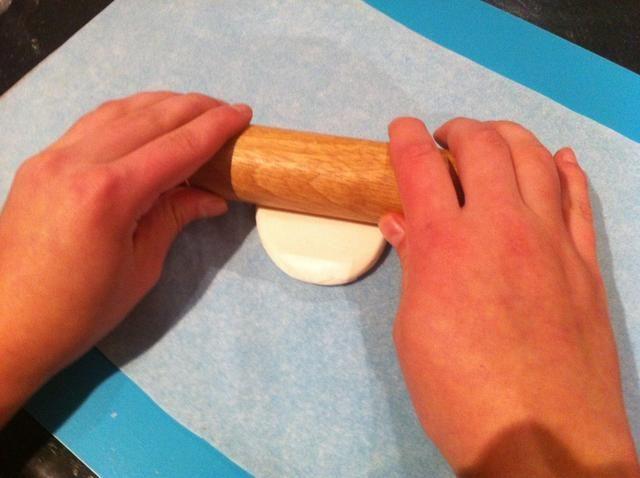 Paso 2. Estirar algo de la pasta de azúcar blanco, lo suficiente para cubrir la parte superior de la magdalena.