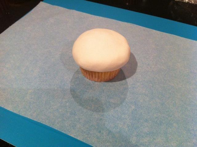 Paso 4. suavizar el fondant y recorte cualquier extra. Esto crea el helado.