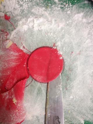 Repita el paso 9 con la guinda roja, cortar 3 círculos rojos.