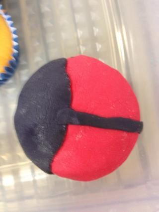 Agregue un óvalo negro para cada cupcake-rojo rematado junto con una línea fina negro como se muestra en la foto.