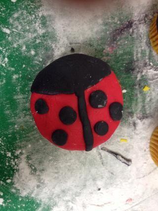 Estirar 18 bolitas de la formación de hielo negro. Añadir 6 bolas a cada insecto de la señora y aplanar hacia abajo.