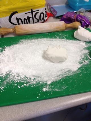 Dividir su formación de hielo en cuatro piezas separadas. Kneed la primera pieza de la formación de hielo hasta que esté suave. Deje este blanco pieza.