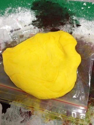 Repita el paso 5 con la tercera pieza de la formación de hielo, utilizando colorante alimenticio amarillo.