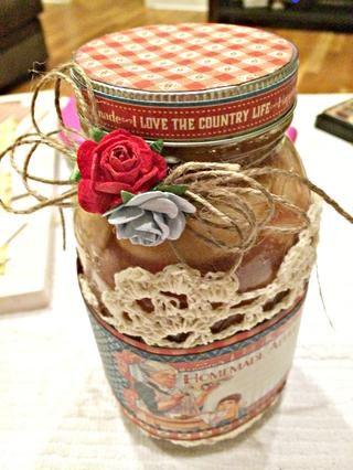 He añadido la guita y flores a la parte superior del frasco.