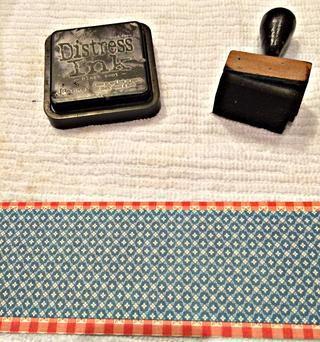 Tinta de los bordes de los dos trozos de cartulina. Pegue la pieza más pequeña en la parte superior de uno más grande. Dejando a un ligero borde en la parte superior e inferior.