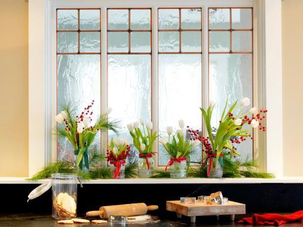 Decorado Frascos de vidrio con verdes en travesaño de la ventana