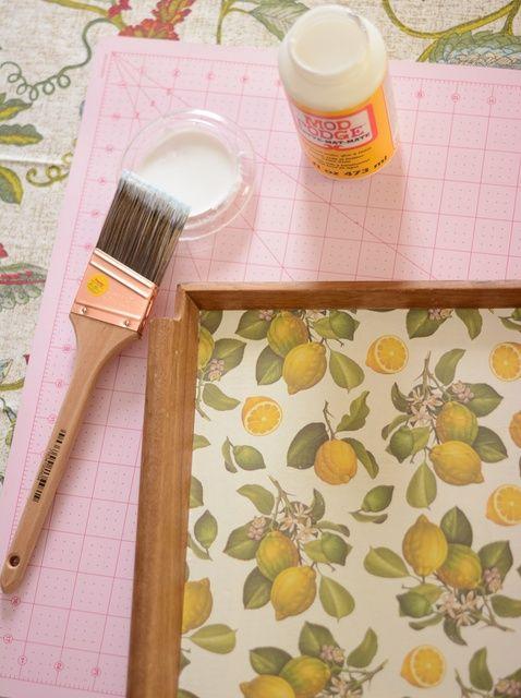 Cómo Decoupage una bandeja de madera con papel decorativo