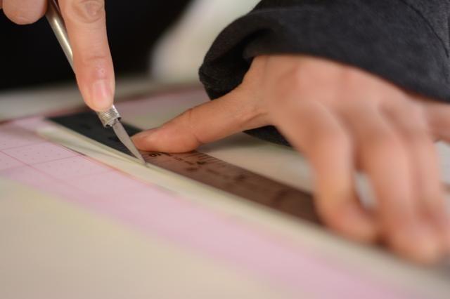 Usando sus medidas, cortar o rebanar el papel decorativo con el tamaño adecuado. Asegúrese de ver que se ajuste después de haber su papel cortado a la medida.