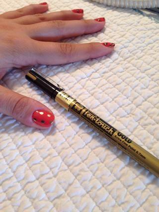 Hacer puntos no perfectos utilizando el bolígrafo Sharpie oro / marcador (que's fine point to make it easier)